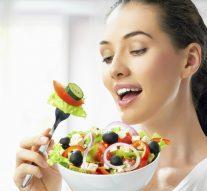 ¿A qué hora debes comer para bajar más rápido de peso?